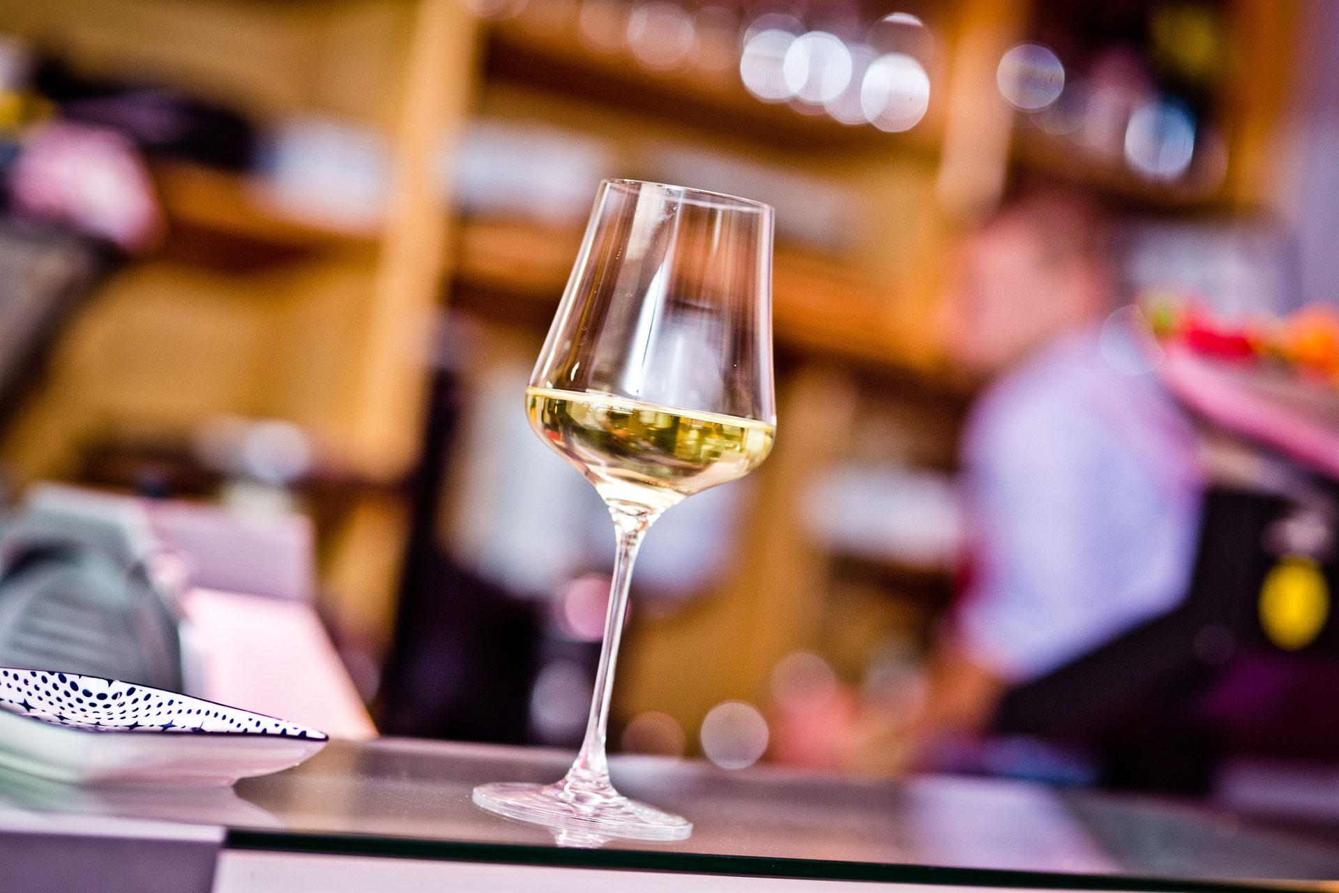 Weinglas auf der Theke